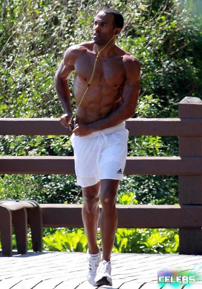 Craig David caught by paparazzi shirtless